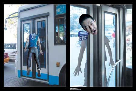 iklan di bis - waaaa..... kasian tuh orang kejepit di pintu!